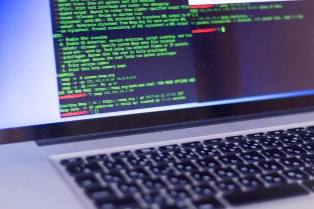 ノートパソコンに表示されているプログラミング言語