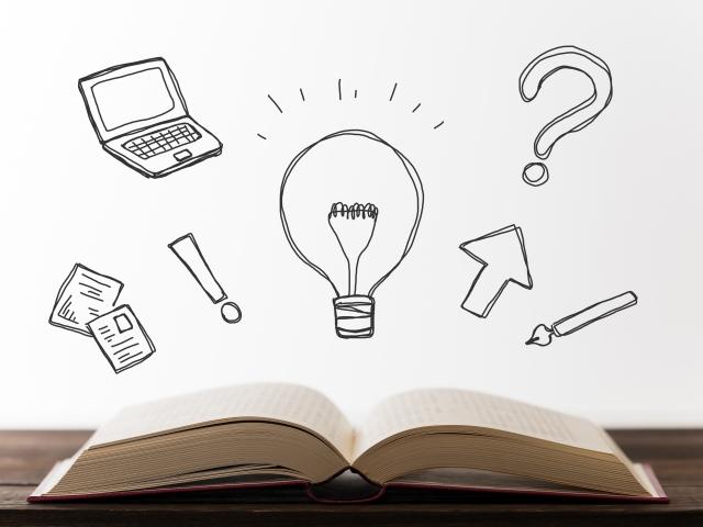 机の上に置かれた本と、アイデアのイメージ