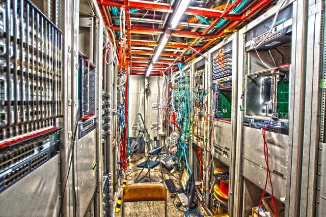 サーバールーム内にあるサーバーラックとサーバー