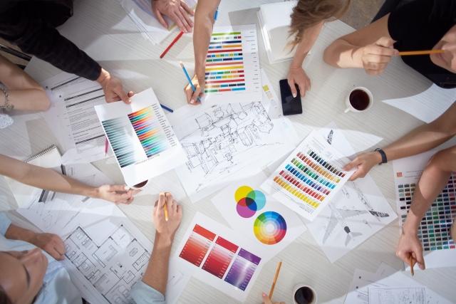 色彩とデザインについて議論するデザイナー
