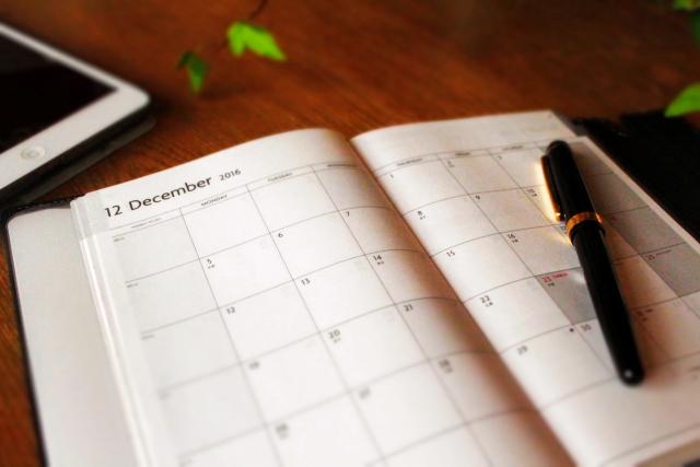 机の上の手帳とボールペン