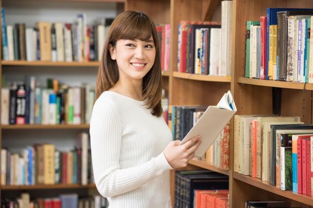 図書館で情報収集する女性