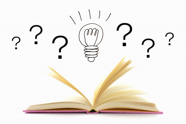 開いた本と、電球マークのイメージ