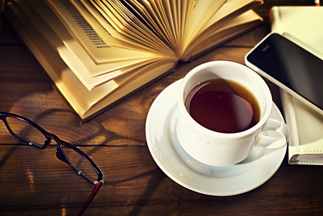 テーブルの上に置かれた本とコーヒー