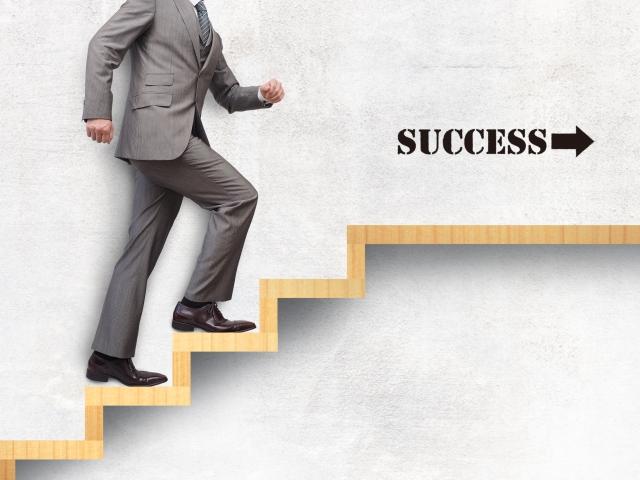 成功に向かって階段を昇るサラリーマン