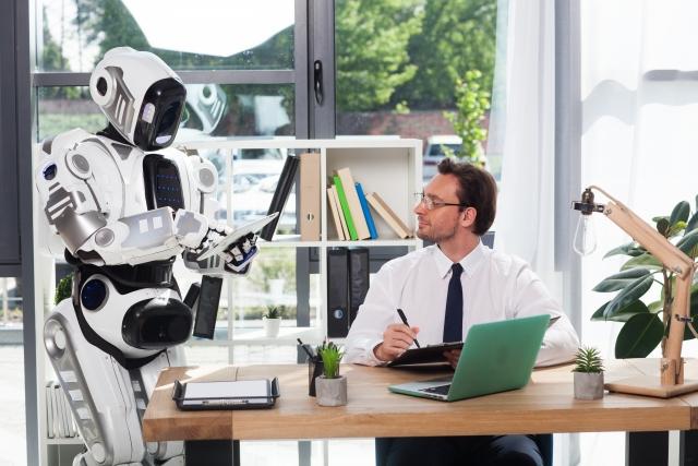ロボットと話すビジネスマン