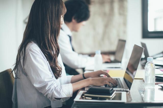 オフィスでパソコンで仕事をする女性