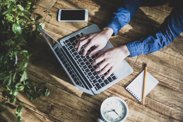 ノートパソコンで仕事をする人