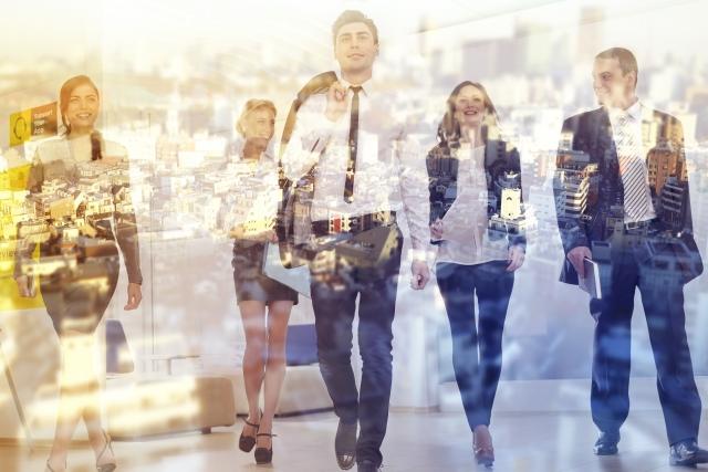 都会の街並みを歩く海外のビジネスマン達