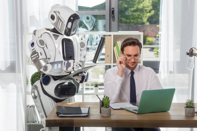 男性と一緒に作業をするロボット