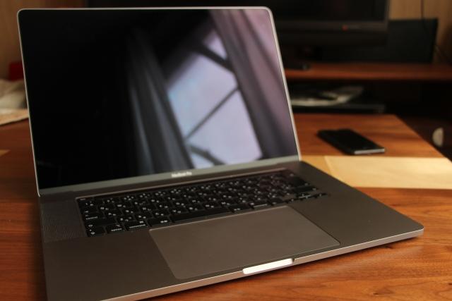 机の上に置いたMacbook