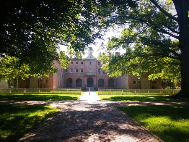 緑の公園と学校の正面入り口