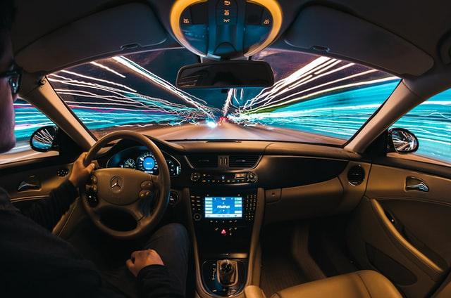 カラフルな光の中を走る車